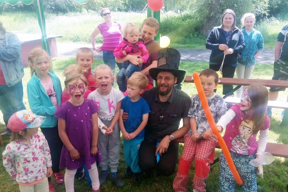 Kouzelník Čáry Kluk a děti na narozeninách
