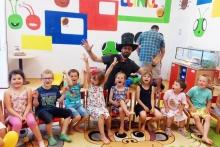 Kouzelník Čáry Kluk v pražské škole s dětmi
