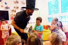 Kouzelník mezi dětmi