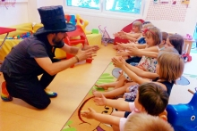 Kouzelník učí děti kouzlo
