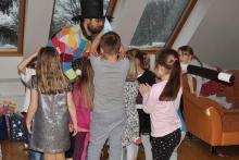 Kouzelník ČÁRY KLUK v obležení dětmi